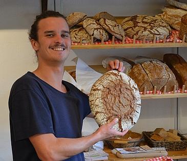 Julian mit Brot